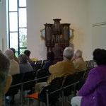 Dr. Theobald führt beide Orgeln vor.