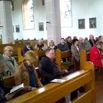 Die Teilnehmer lauschen der Orgel, die von Hr. Uhl gespielt wird.