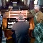 Dr. Theobald führt die Orgel mit der wiederhergestellten pneumatischen Traktur vor.