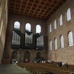Bewusste Zurückhaltung in der Gestaltung, ganz im Gegensatz zum Klang: Die 6000 Pfeifen der neuen Orgel können den Kirchenraum zum Beben bringen.