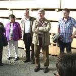 Begrüßung durch Dr. Theobald und Besichtigung des Holzlagers.