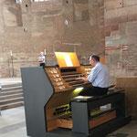 KMD Martin Bambauer stellt anhand einer Auswahl von Orgelstücken die klanglichen Möglichkeiten der neuen Orgel vor.