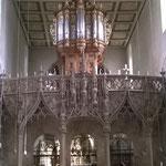 Die Orgel thront auf dem gotischen Lettner.