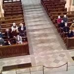 Blick von der Orgelempore hinunter ins Kirchenschiff.