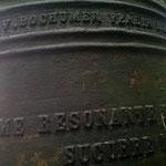 """Die lateinische Inschrift lautet übersetzt: """"Bei meinem Klange eile zu Hilfe dem Volke, Maria."""""""