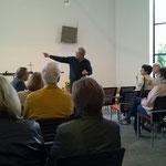 Pfarrer Dr. Hübner erklärt die Archtektur seiner Kirche.