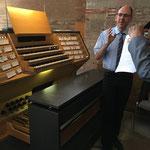 KMD Martin Bambauer erklärt den Spieltisch, der in der Nähe des Chorraumes steht sowie die Disposition der neuen Eule-Orgel.