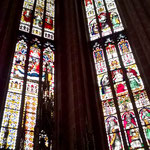 Die Glasfenster bringen die Kirche zum leuchten.