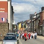 Prozession auf der Hauptstraße.