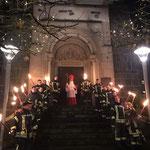 Der Nikolaus kommt im Geleit der Feuerwehr.
