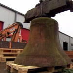 Arbeiter der Stadt laden die in Andernach wiedergefundene Glocke auf.