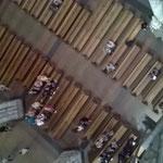 Blick von der Schwalbennestorgel hinunter ins Kirchenschiff.