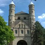 Das Westwerk der romanischen Kirche St. Pantaleon.