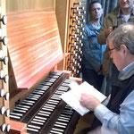 Dr. Theobald bereitet sich auf das Orgelspiel vor.