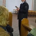 Herr Uhl, der Organist von Waldbreitbach, erläutert die Geschichte und die Besonderheiten der Orgel