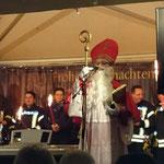 Der Nikolaus übergibt Geschenke an die Kinder.
