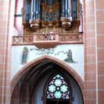 Die Orgel thront hoch unter dem Deckengewölbe.