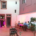 Lauer Sommerabend im Hof des Weinhaus Moser