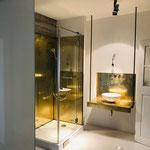 Licht- und Materialspiel im Badezimmer