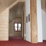 Teppich verlegt in Ferienwohnung 1 - ein Blick vom Gang ins Schlafzimmer im Giebelgeschoß
