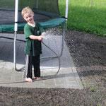 Johannes tut sein Bestes, damit der Rasen bald sprießt!