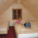 Johannes und Anika testen die Betten - Schlafzimmer Ferienwohnung 1
