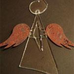 Glas-Engel mit Blechflügeln