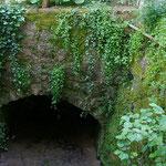 der ehemalige Wassergraben führt am Bambushain durch den Garten
