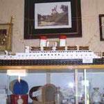 """Ehemalige Oberndorfer Windmühle als Kopie eines Gemäldes von Diedrich Rusch, darunter ein Modell des KdF-Schiffes """"Monte Olivia"""" und eine Vitrine mit Schätzen aus alten Zeiten"""