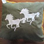 springende Pferde, gefüllt mit Watte