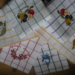 Halbleinenküchentuch mit Alpenrosen, Obst, Fisch, Kirschen und Gemse
