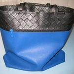 Blaue Blachentasche