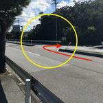 ②73号線に入った最初の縁石が切れている箇所でUターン。スピードを出して走っている車が多い為、早めにウィンカーを出してください。