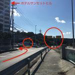 ⑤道を進むと58号線(那覇方面)への合流地点にさしかかります。合流地点手前に左折できる道が出てきますので、そこを左折してください。