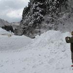 駐車場脇だとはいえ、やはり除雪作業の障害にはなっています。