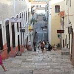La vieille ville est sur une colline