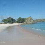 La plage rouge. Elle est appelé de cette façon les coraux rouges viennent se casser sur le sable