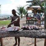 Le petit marché aux poissons. Mais la baie est encore polluée et il n'y a pas beaucoup de personnes qui achètent.