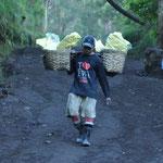 Les porteurs de soufre du Kawah Ijen. Ils portent entre 60 et 80 kg de charge. Et ce, 2 ou même 3 fois par jour.