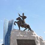Place Sükhbaatar. Statue du héros qui a osé déclarer l'indépendance au nez des chinois en 1921