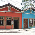 Les maisons sont colorées.