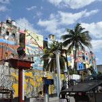 Simple ruelle où même les façades des immeubles sont couvertes de fresques.