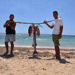 Pécheurs rencontrés sur une plage déserte. Pour la petite histoire ils n'ont pas le droit de pêcher. Nous avons vu arriver un camion de police, qui heureusement ne les a pas attrapés.