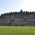 Borubudur. C'est le plus grand monument bouddhiste au monde. Le temple est à la fois un sanctuaire dédié au Bouddha, mais aussi un lieu de pèlerinage bouddhiste
