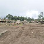 le village traditionnel de Wogo près de Bajawa. Tous construits selon le même plan: Une large place bordée par 2 rangées de maisons sur petits pilotis