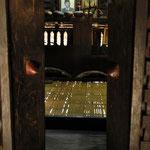 A l'intérieur, une pièce principale où se réunissaient l'assemblée du village