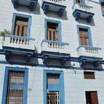 Façade Colorée à la Havane