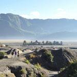 Pour le lever du soleil nous étions sur les remparts du volcan. Au pied du Bromo se trouve un temple hindouiste