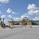 Place Sükhbaatar. Le Parlement avec au milieu l'imposante statue de Chinggis Khaan