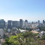 Au premier plan le quartier de Lapa, la Cathédrale (construite entre 1964 et 1976), et au loin l'immense pont Rio-Niterói